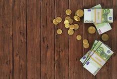 Dinero: las monedas y las cuentas euro se cierran para arriba Fotografía de archivo libre de regalías