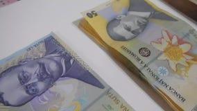 Dinero mezclado del primer de Rumania almacen de metraje de vídeo