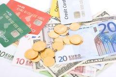 Dinero, oro y tarjetas de crédito Fotografía de archivo