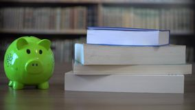 Dinero para la escuela, financiación de la universidad almacen de metraje de vídeo