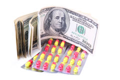 Dinero para la medicina aislada fotos de archivo