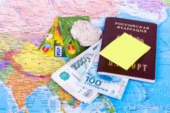 Dinero, pasaportes, endecha de la cáscara en el mapa de Rusia Foto de archivo libre de regalías