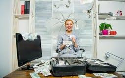 Dinero que cae de techo Señora o contable del negocio de la mujer debajo del paraguas girl financiero lleva a cabo un paquete de  foto de archivo