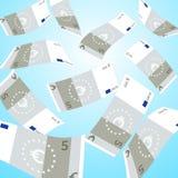 Dinero que cae del cielo El caer euro de 5 billetes de banco Foto de archivo libre de regalías