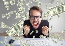 dinero que manda un SMS hombre muy feliz que grita delante del ordenador, dinero por todas partes Imagen de archivo libre de regalías