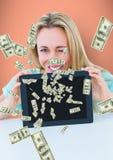 dinero que manda un SMS Mujer feliz con la tableta, dinero que sube de la tableta Fotografía de archivo