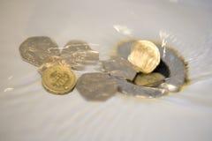 Dinero que va abajo del dren Imagen de archivo libre de regalías