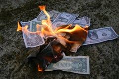 Dinero a quemar Fotos de archivo libres de regalías
