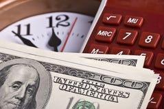 Dinero, reloj y calculadora Fotos de archivo