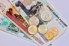 Dinero ruso - billetes y monedas Imagen de archivo