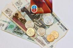 Dinero ruso - billetes y monedas, y pago plástico de la tarjeta Imagen de archivo libre de regalías