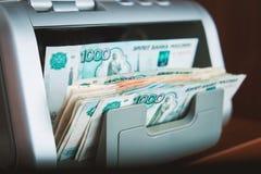 Dinero ruso en máquina sumadora Fotos de archivo libres de regalías