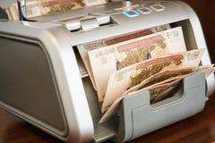 Dinero ruso en máquina sumadora Imágenes de archivo libres de regalías