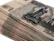 Dinero ruso 1000 rublos en la tabla Imagen de archivo