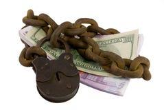 Dinero Shackled bajo llave y candado Imagenes de archivo
