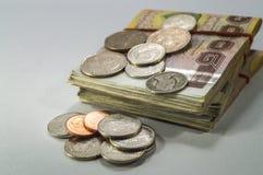 Dinero tailandés, 1000 billetes de banco del baht y moneda en el fondo blanco Imagen de archivo libre de regalías