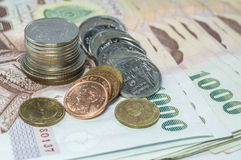 Dinero tailandés, 1000 billetes de banco del baht y moneda en el fondo blanco Fotos de archivo libres de regalías