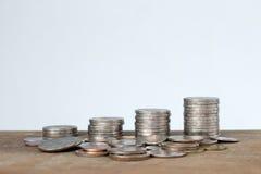 Dinero tailandés de la torre de las monedas en la tabla de madera fotografía de archivo libre de regalías