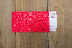 Dinero tailandés en el sobre rojo por Año Nuevo chino Imágenes de archivo libres de regalías