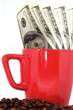 Dinero, taza y granos de café Imagenes de archivo