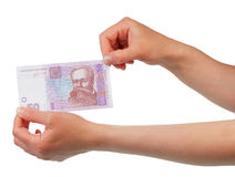 Dinero ucraniano del hryvnia 50 en manos femeninas en blanco Foto de archivo libre de regalías