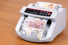 Dinero viejo de Kirguistán en una máquina de cuenta fotografía de archivo libre de regalías
