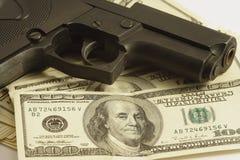 Dinero y arma Foto de archivo libre de regalías