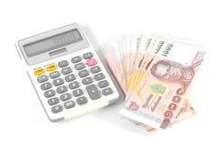 Dinero y calculadora aislados Imagenes de archivo