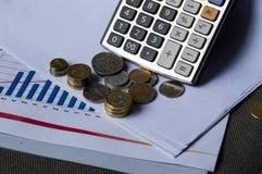Dinero y calculadora de la moneda en la tabla imagenes de archivo