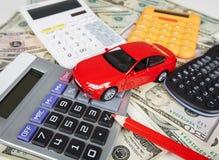 Dinero y calculadora del coche. Fotos de archivo