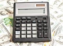 Dinero y calculadora sobre blanco fotografía de archivo libre de regalías