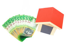 Dinero y casa aislados en blanco Fotos de archivo libres de regalías