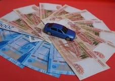 Dinero y coches rusos imagen de archivo