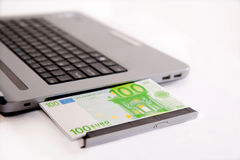 Dinero y computadora portátil imagenes de archivo