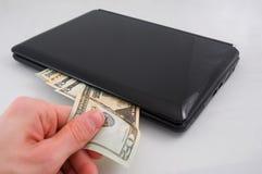 Dinero y computadora portátil B Fotografía de archivo