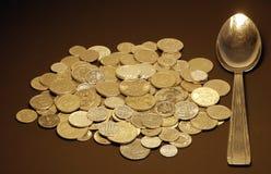 Dinero y cuchara imagen de archivo libre de regalías
