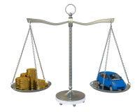Dinero y el coche en las escalas del balance del oro Fotografía de archivo