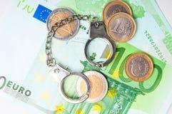Dinero y esposas euro Fotos de archivo libres de regalías