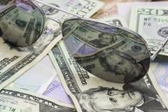 Dinero y gafas de sol Imagen de archivo libre de regalías
