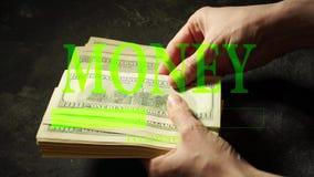 Dinero y manos del cargamento que cuentan billetes de banco