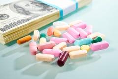 Dinero y medicina imagen de archivo libre de regalías