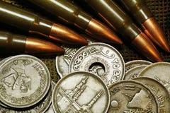 Dinero y munición Fotos de archivo