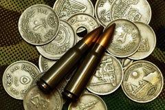 Dinero y munición Imagenes de archivo