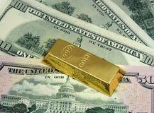 Dinero y oro Foto de archivo libre de regalías