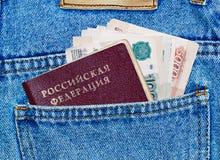 Dinero y pasaporte en el bolsillo posterior Fotografía de archivo libre de regalías