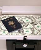Dinero y pasaporte seguros Imagen de archivo