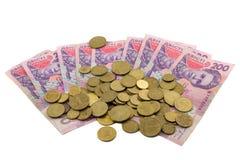 Dinero y peniques ucranianos en un fondo blanco Imagen de archivo