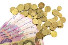 Dinero y peniques ucranianos en un fondo blanco Imagenes de archivo