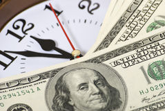 Dinero y reloj Fotos de archivo