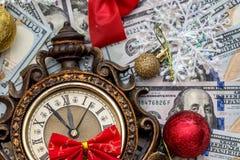 dinero y reloj del Año Nuevo Imagenes de archivo